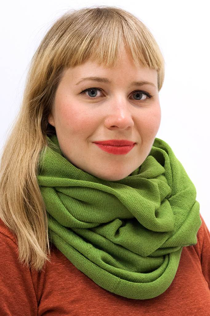 Slätstickad tubsjal ärtgrön