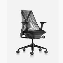 Herman Miller Sayl, kontorstol, svart stoff, justerbare armlener og korsryggstøtte, tilbakelent sete