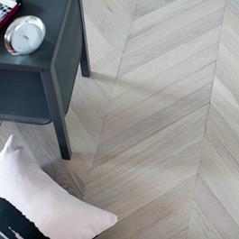 Trægulv Nordic Floor Eg Sildeben Chevron Cloud 45° Mat Lak