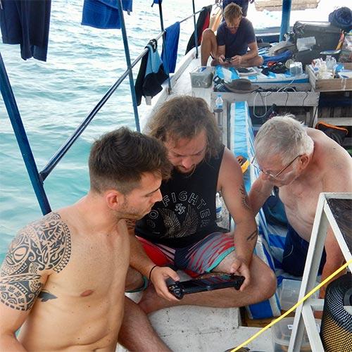 Besättningen styr undervattensdrönaren Trident